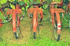 在红色的减速火箭的自行车 库存图片