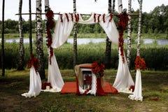 在红色的土气自然婚礼曲拱 免版税库存图片