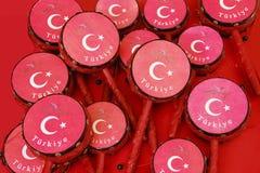在红色的土耳其传统全国玩具鼓与土耳其旗子的图象 免版税库存图片