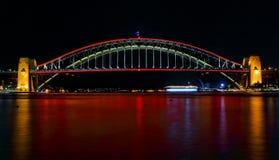 在红色的悉尼港桥ilights生动的悉尼节日的 免版税库存照片