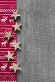 在红色的木灰色破旧的圣诞节背景与驯鹿 免版税库存图片