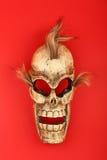 在红色的木被雕刻的头骨死人面模 免版税库存图片