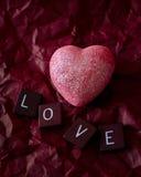 在红色的桃红色心脏与爱瓦片 免版税库存图片