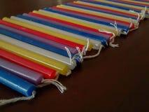 在红色的欢乐五颜六色的光明节menorah蜡烛,紫色,白色, 免版税库存照片