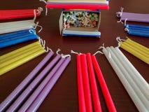在红色的欢乐五颜六色的光明节menorah蜡烛,紫色,白色, 库存图片