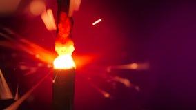 在红色的闪烁发光物 火药引起射击反对深刻的黑暗的背景 燃烧的保险丝或孟加拉火隔绝了 Mojo式 影视素材