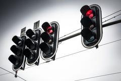 在红色的顶上的红绿灯在阴暗天 库存图片