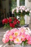 在红色的Focun 在玻璃花瓶的可爱的花 牡丹类美丽的花束珊瑚魅力 花卉构成,场面 库存照片