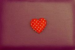 在红色皮革葡萄酒背景的红色心脏 免版税库存图片