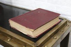 在红色盖子的旧书 图库摄影