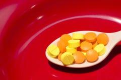 在红色盘的药物 免版税库存照片