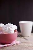 在红色碗的甜蛋白软糖在木桌上 免版税库存照片