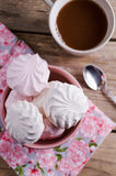 在红色碗的甜蛋白软糖在木桌上 库存图片