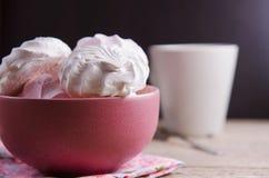 在红色碗的甜蛋白软糖在木桌上 免版税库存图片