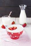 在红色碗的粗面粉草莓在织品餐巾 免版税图库摄影