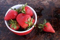 在红色碗的草莓 免版税库存照片