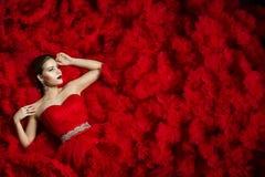 在红色礼服背景,妇女秀丽画象的时装模特儿 免版税图库摄影