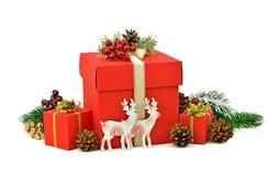 在红色箱子的圣诞节礼物 手工制造木的鹿 隔离 d 库存图片