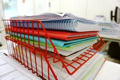 在红色篮子的文件 库存照片