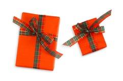 在红色纸和红色丝带包裹的礼物盒 库存图片