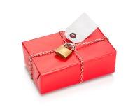 在红色纸的锁着的被包裹的包裹 免版税库存图片