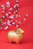 在红色纸,中国书法的陶瓷山羊纪念品 免版税库存图片