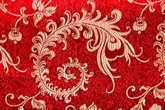 在红色织品的中国发光的装饰品 免版税库存照片