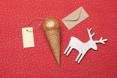 在红色织地不很细背景的圣诞节或新年装饰 免版税库存图片