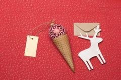 在红色织地不很细背景的圣诞节或新年装饰 免版税库存照片