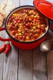在红色罐的味道好的热的内容丰富的盘 图库摄影