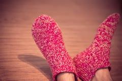 在红色羊毛袜子男性被编织的衣裳冬天供以人员腿 库存照片