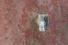 在红色老墙壁上的老生锈的水龙头 免版税库存图片