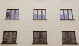 在红色老房子的门面的六个窗口 免版税库存图片