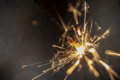 在红色背景关闭的发火焰闪烁发光物宏指令 免版税库存照片