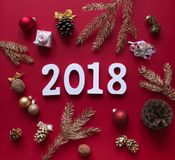 在红色背景圣诞节装饰和云杉的金子分支在圈子被安排并且是白色图2018年 库存照片