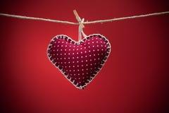 在红色背景的五颜六色的织品心脏 库存照片