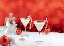 在红色背景的典雅的白色圣诞节快乐鸡尾酒 免版税库存照片