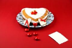 在红色背景的华伦泰蛋糕 免版税库存照片