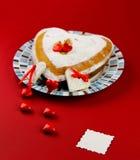 在红色背景的华伦泰蛋糕 免版税图库摄影