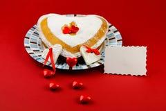 在红色背景的华伦泰蛋糕 免版税库存图片