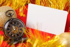 在红色背景的卡片与时钟 库存图片
