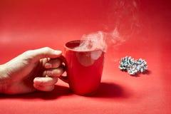 在红色背景的咖啡杯 免版税库存照片