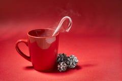 在红色背景的咖啡杯 免版税库存图片