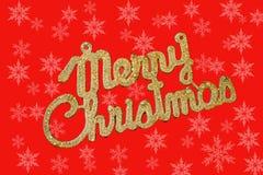 在红色背景的圣诞快乐金黄文本与雪花 免版税图库摄影