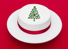 在红色背景的圣诞树蛋糕 免版税库存图片