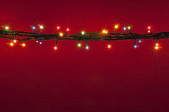 在红色背景的圣诞灯 多彩多姿的lighton红色背景 库存照片