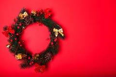 在红色背景的圣诞节和新年花圈 空间 库存图片