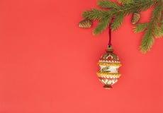 在红色背景的圣诞节构成 绿色杉树分支和Xmas装饰 顶视图,平的位置 复制空间为 图库摄影