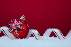 在红色背景的圣诞节球 库存照片