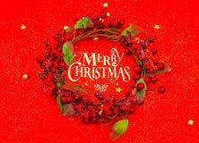 在红色背景的圣诞节花圈 免版税库存照片